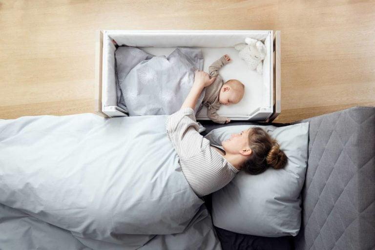køb en fritstående bedside crib