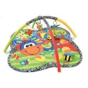 køb et aktivitetstæppe med forskellig legetøj til små